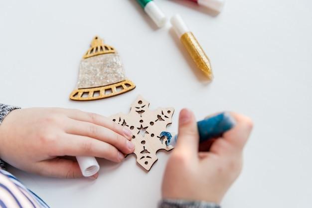 手作りのクリスマスデコレーションを作る。クリスマスツリーやギフトのデコレーションを作る子供たち。クリスマス