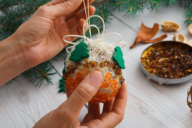 フェルトのトウヒの木で手作りのクラフトクリスマスオーナメントやボールを作ります。