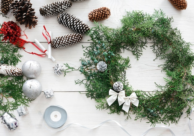 Изготовление рождественских украшений и венка из туи своими руками