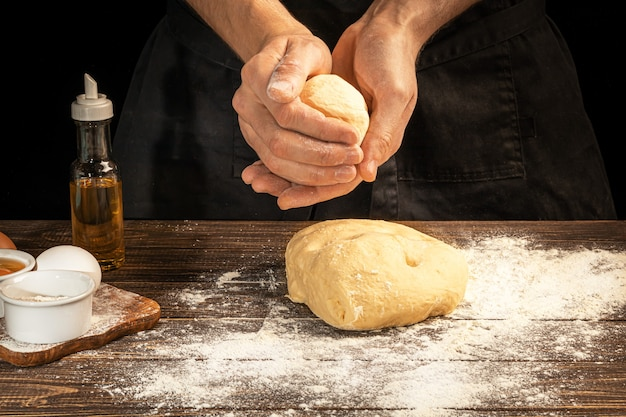 自家製パン作り。ステップバイステップの説明。料理人が生地を形作る