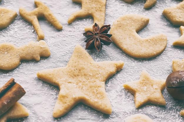 양피지 공예 종이에 다른 모양의 수제 크리스마스 또는 새해 쿠키 만들기, 클로즈업