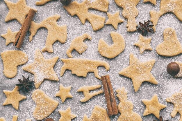 양피지 공예 종이, 평면도, 평평한 바닥에 다양한 모양의 수제 크리스마스 또는 새해 쿠키 만들기
