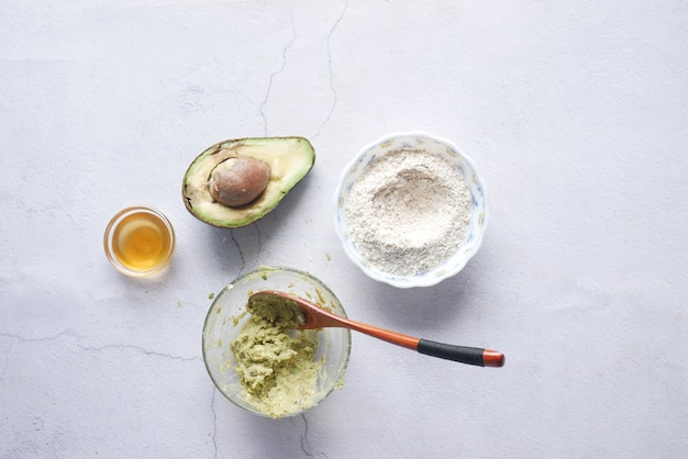 テーブルの上で自家製の天然アボカド化粧品を作る