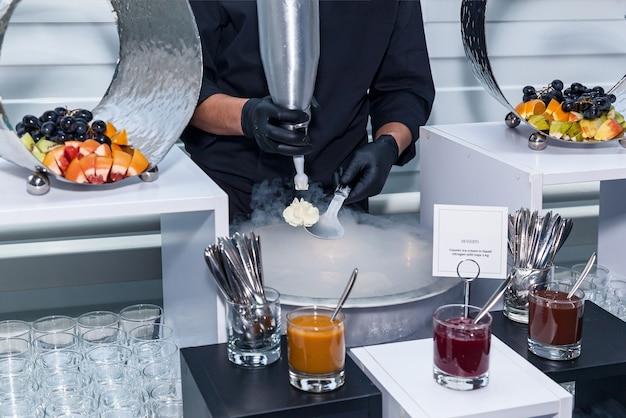 液体窒素でアイスクリームを作る、シェフショー。液体窒素のアイスクリーム