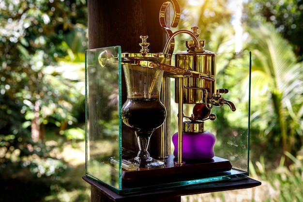 빈티지 사이 폰에서 전설적인 커피 kopi luwak을 만듭니다. 발리, 인도네시아