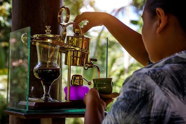 빈티지 사이 폰에서 전설적인 커피 kopi luwak을 만듭니다.