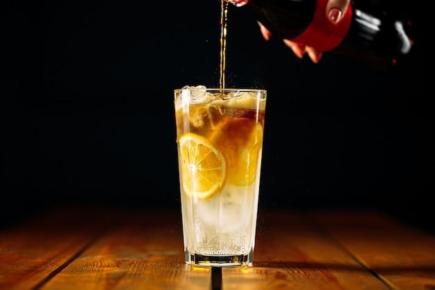 Приготовление коктейля лонг-айленд со льдом