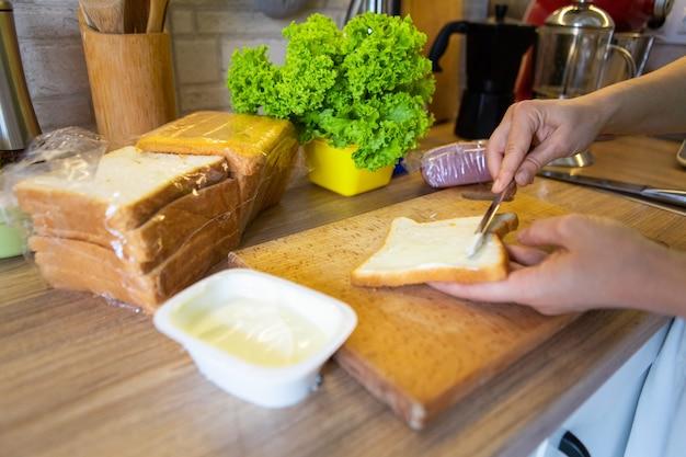 自宅のキッチンコピースペースで朝のサンドイッチを作る