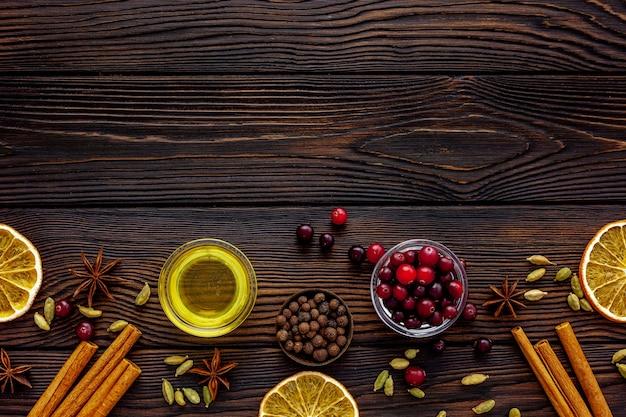 グリューワインを作る蜂蜜、アニス、シナモン、クランベリー