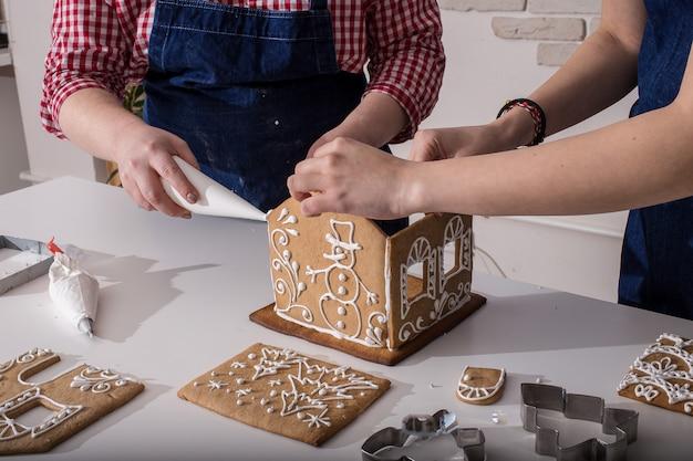 クリスマスのジンジャーブレッドハウスの作成。自家製ジンジャーブレッドハウス