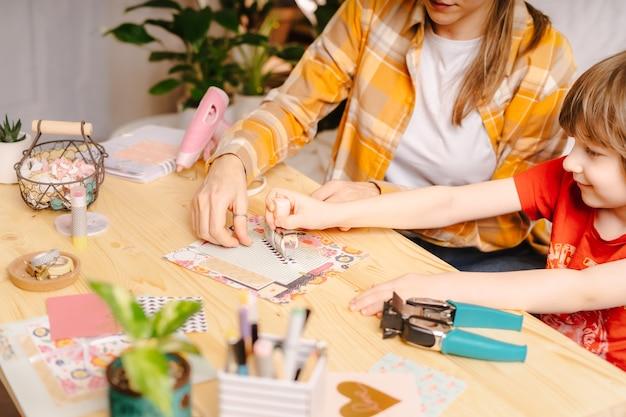 Изготовление открытки ручной работы из бумаги. сделай сам, концепция хобби, идея подарка, декор с
