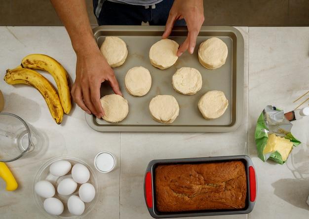 Приготовление выпечки в домашних условиях руки положите печенье на противень и запекайте на плите