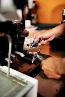 Приготовление порошка из кофейных зерен
