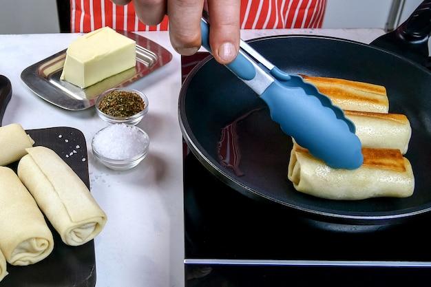 Готовим румяные оладьи на домашней кухне, обжариваем на сковороде лепешки. приготовление вкусного здорового завтрака. средний план.