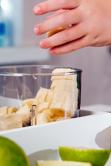 黄色いバナナ、スライスした黄色い熟したバナナでスムージーを作る