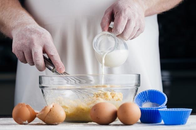 Приготовление сметаны с лимонным пирогом. лить молоко в стеклянную емкость