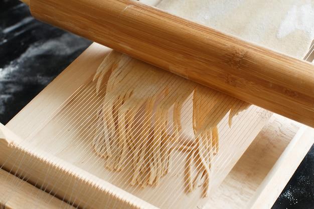ツールを使ってスパゲッティアッラチタラを作る-アブルッツォ地方の特産品