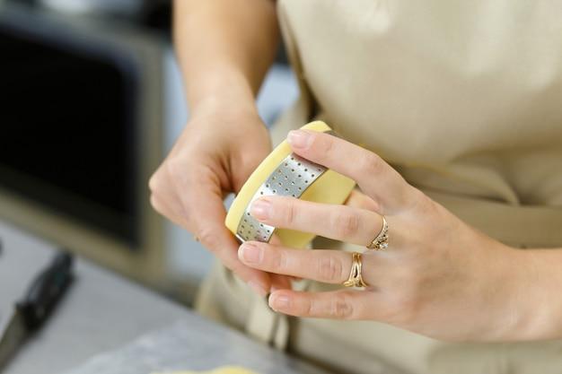 Приготовление сладких или соленых пирогов и пирога с заварным кремом. национальная французская домашняя кухня. ручной работы. обучение кулинарии. повар заполняет форму для запекания начинкой. нарезка начинок для тарта и пирога с заварным кремом.