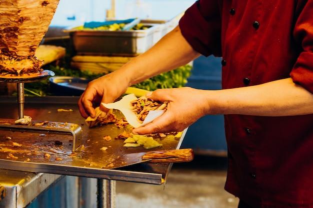 典型的なメキシコ料理のタコスアルパストールを作る。