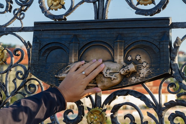 Загадывать желание - рука, касающаяся святого яна непомука, прага, чехия