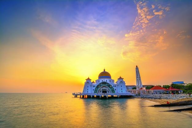 Мечеть малаккского пролива (masjid selat melaka), это мечеть, расположенная на искусственном острове малакка недалеко от города малакка, малайзия.