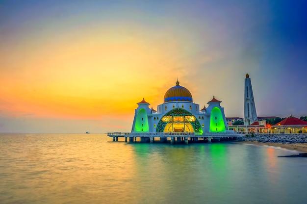 말라카 해협 모스크(masjid selat melaka), 말레이시아 말라카 타운 근처 인공 말라카 섬에 위치한 모스크입니다.