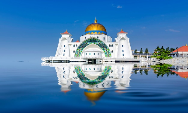 Мечеть малаккского пролива (masjid selat melaka), малакка, малайзия