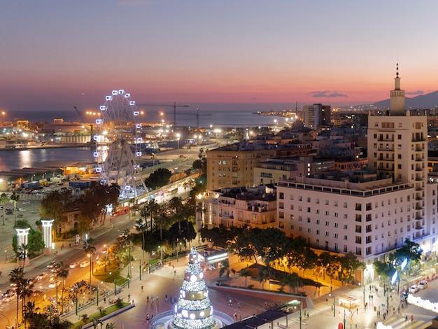 Вид на город малага ночью на рождество.