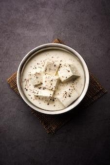 Malai paneer kali mirch 또는 kalimirch는 흰색 크림 같은 그레이비 소스와 그 위에 뿌린 검은 후추 가루로 준비됩니다. 그릇에 제공됩니다. 선택적 초점