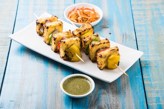 Malai paneer tikka kabab은 향신료에 절인 코티지 치즈 덩어리로 만든 인도 요리입니다.