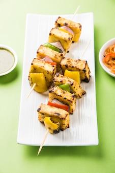 Malai paneer tikka kabab은 코티지 치즈 덩어리로 만든 인도 요리입니다.