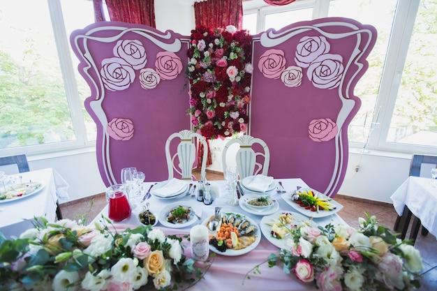 신부와 신랑을위한 빈티지 좌석이있는 말레이 결혼식 설정