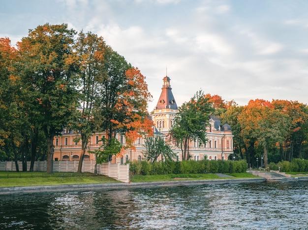 サンクトペテルブルクのマラヤネフカアプラクシンの家、マラヤネフカ川の向こう側の眺め。ロシア。