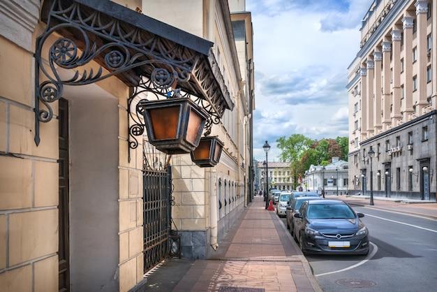 Малая никитская улица и фонари на старом здании в москве в летний солнечный день