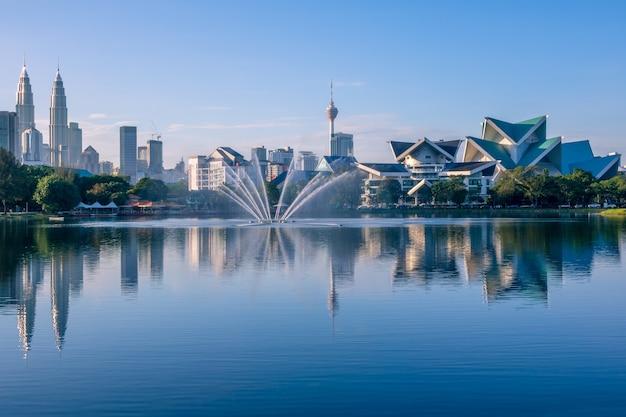 Малайзия. куала лумпур. озеро титивангса, небоскребы и башни-близнецы петронас. утро