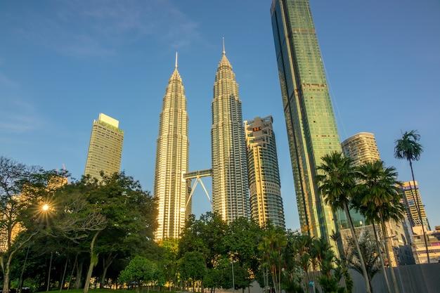 Малайзия, куала-лумпур. утро в парке возле небоскребов башен-близнецов петронас