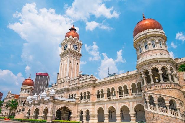 Малайзия, куала-лумпур - вид на городской пейзаж и датаран мердека - историческое место в городе.