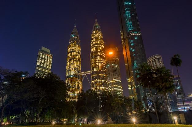 Малайзия. небоскребы куала-лумпура. ночной парк и башни-близнецы петронас