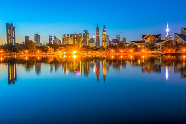 Малайзия. безветренный финал ночи в куала-лумпуре. первые проблески рассвета