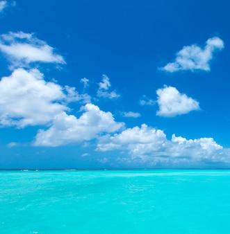 モルディブのビーチリゾートのパノラマの風景。夏の休暇旅行休日の背景の概念。モルディブパラダイスビーチ。