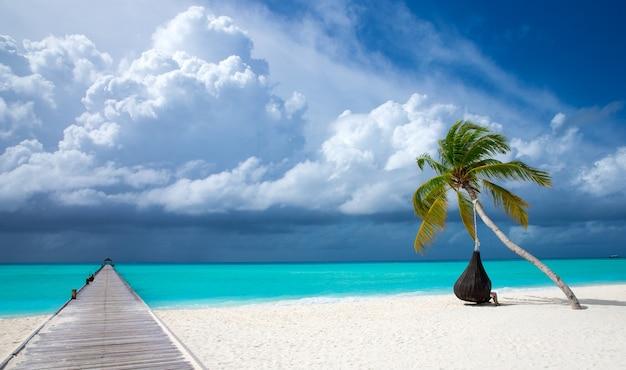 モルディブのビーチリゾートのパノラマの風景。夏休み旅行休日の背景の概念。モルディブパラダイスビーチ。