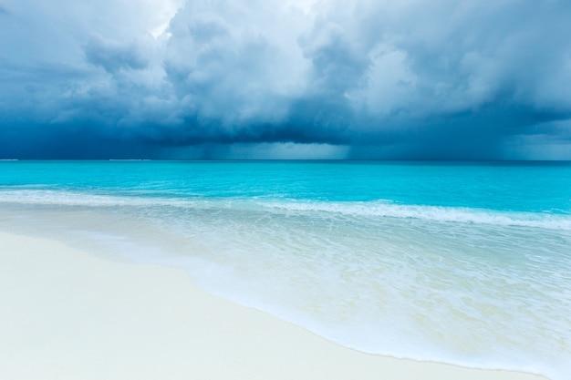 몰디브 비치 리조트 파노라마 풍경. 여름 휴가 여행 휴가 배경 개념. 몰디브 파라다이스 비치.