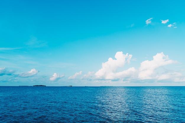 Остров мальдивы с пляжем и океаном