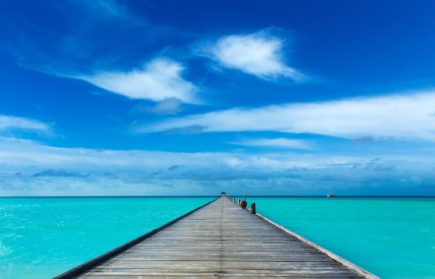 モルディブの海。青い曇り空を背景に熱帯モルディブの海