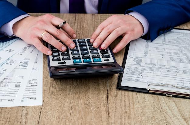 1040税務フォームに記入する男性会計士