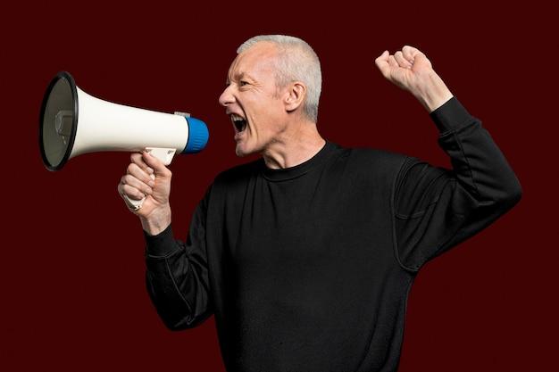 デザインスペースのあるメガホンを持った男性活動家