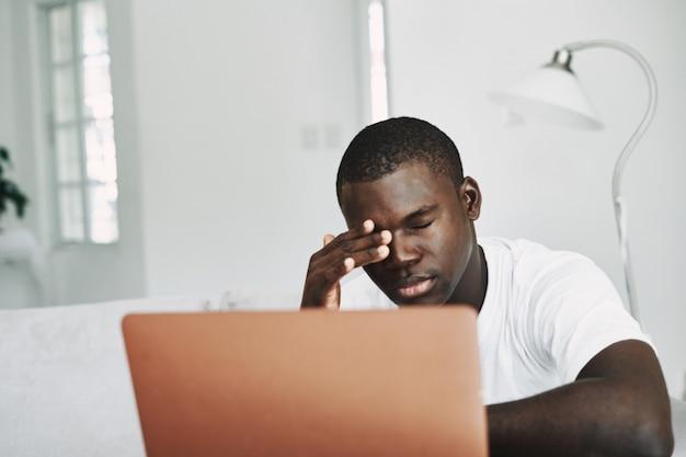 집에서 노트북으로 남성 아프리카 계 미국인 프리랜서