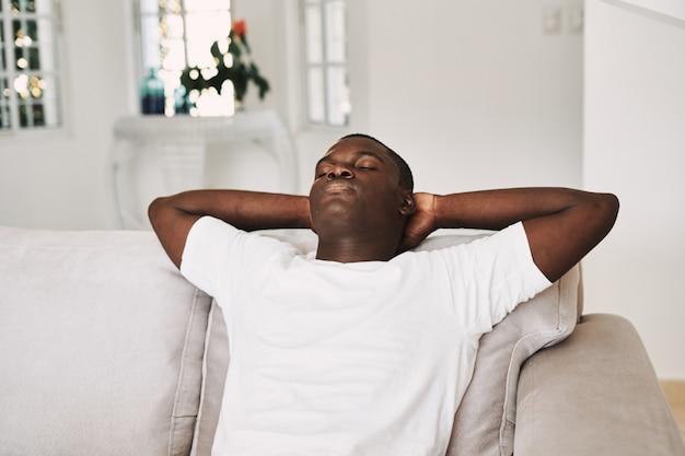 집에서 편안 하 게 남성 아프리카 계 미국인 남자