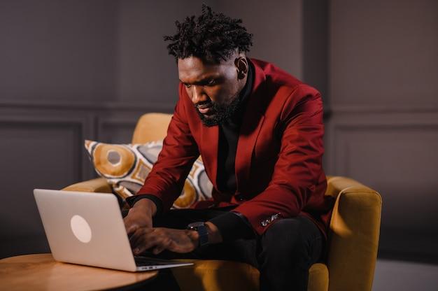 Мужские руки афро-американского пользователя, набирающие на клавиатуре ноутбука, сидят за столом, студенческая профессиональная учебная работа с концепцией технологии программного обеспечения пк, крупным планом.