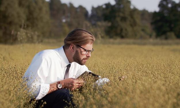 作物を調べる男性の農業技術者